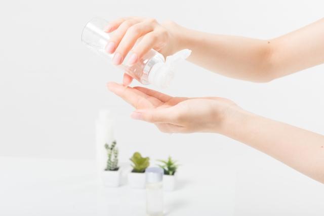 手のひらに化粧水をとったら、顔にグッと押し当てます。