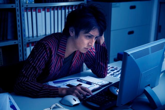 パソコンやスマートフォンなどに使われている青い光は、特に眠りを妨げてしまいます。